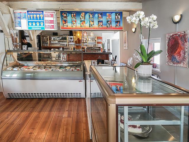 Eistheke im Eiscafé